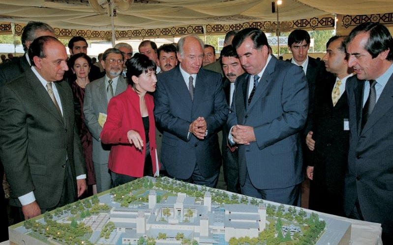 His Highness the Aga Khan, 49th Ismaili Imam and the direct descendant of the Prophet Muhammad (s.a.s.) and President Emomali Rahmon. the President of Tajikistan, look at the model of the Dushanbe Ismaili Centre during its foundation ceremony as the architect, Farouk Noormohamed, extreme left, looks on. Photo: Gary Otte/AKDN.