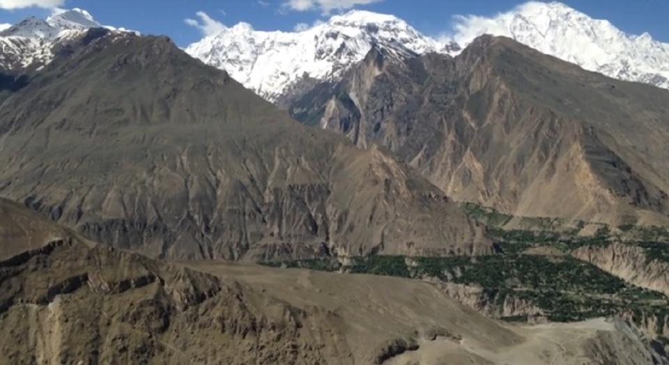 silk-roads_hunza_alikarim_2_60_majestic-peaks-surrounding-karimabad-from-kkhs