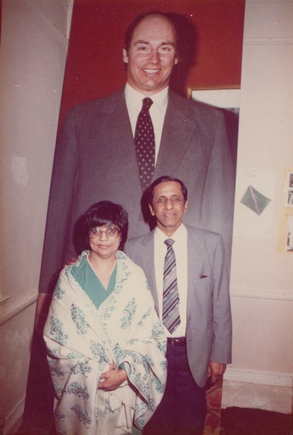 038c Alwaeza and Alwaeza Merchant in front of a gigantic portrait of Mawlana Hazar Imam
