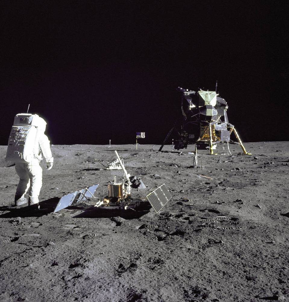 182627main_image_feature_872_ys_full_Aldrin walking on moon