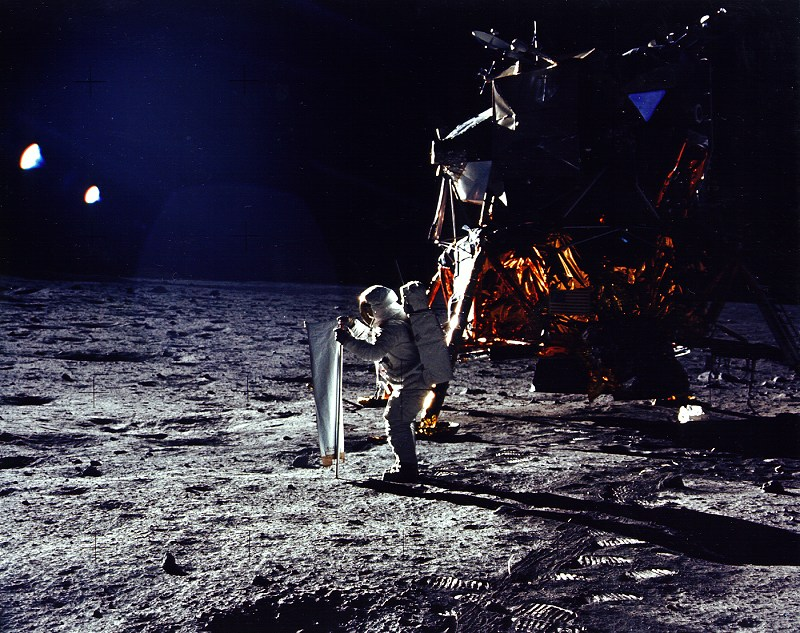 5872_Apollo 11 Aldrin erects solar wind experiment