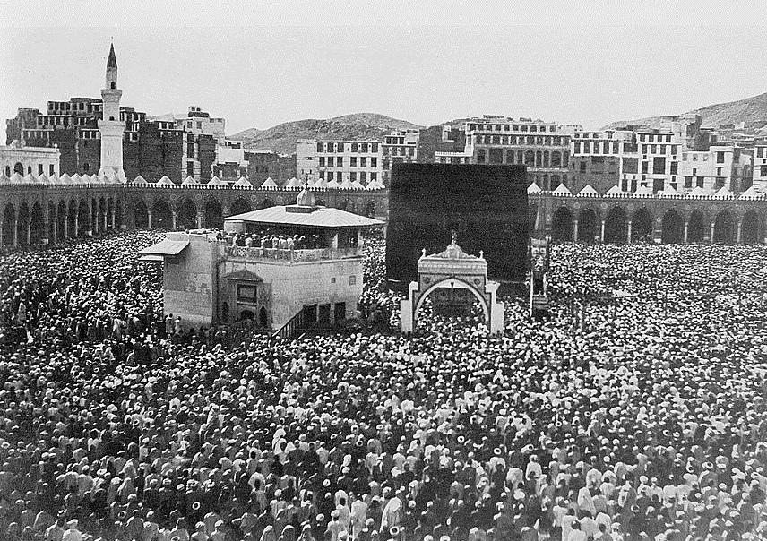 04656v_Mecca, ca. 1910. Bird's-eye view of Kaaba crowded with pilgrims