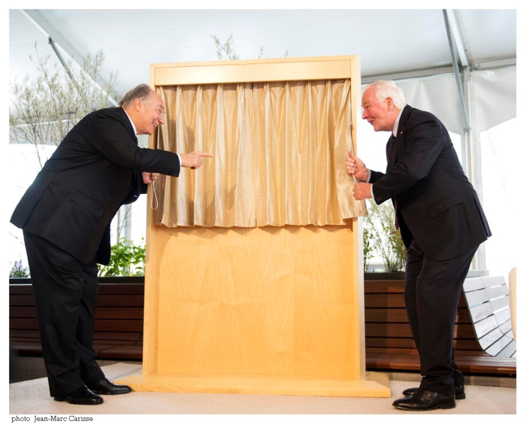 His Highness the Aga Khan and His Excellency David Johnston joke as they prepare to unveil the commemorative plaque of the official opening of the International Headquarters of the Global Centre for Pluralism. Photo: Jean-Marc Carisse